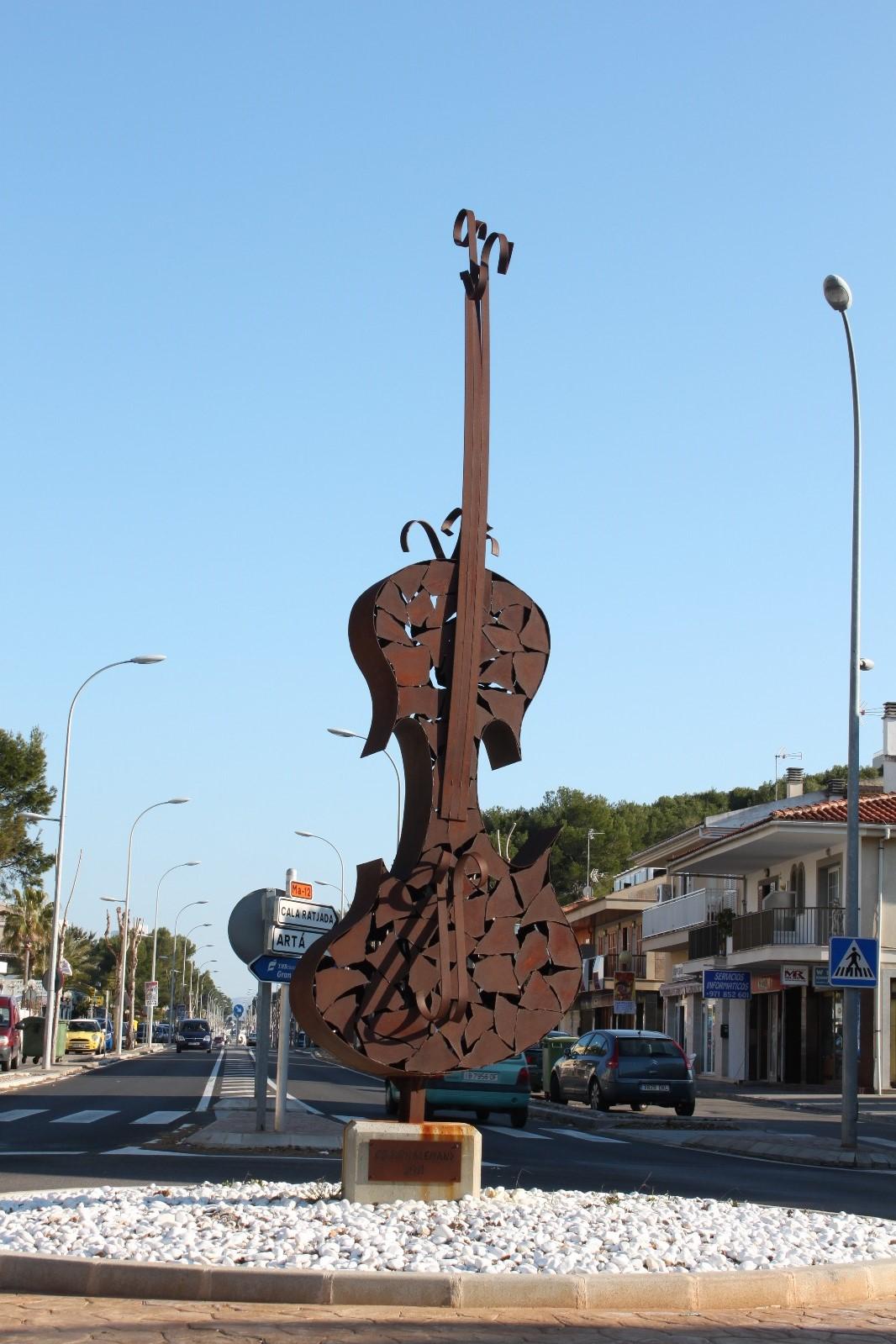 El Gran Violí. Escultura de un violín de hierro por el artista Crespí Alemany